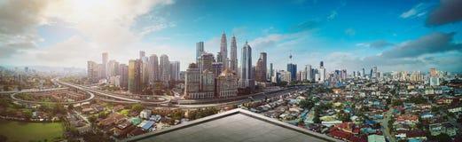 露天场所阳台有吉隆坡都市风景地平线视图 库存图片