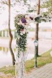 露天婚礼构成 用五颜六色的花和草本装饰的婚礼曲拱的部分 库存图片