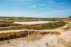 露天开采的石灰石采矿猎物 免版税库存照片