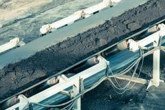 露天开采的褐煤矿 皮带输送机 库存图片