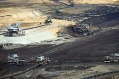露天开采矿有挖掘机的煤矿 图库摄影