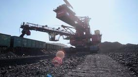 露天开采矿煤矿的-褐煤巨型戽头转轮挖土机 影视素材