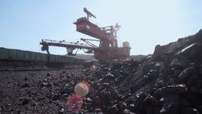 露天开采矿煤矿的-褐煤巨型戽头转轮挖土机 股票视频