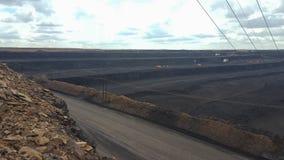 露天开采矿煤矿,有挖掘机的 免版税库存图片