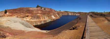 露天开采矿矿被毒害的湖  图库摄影