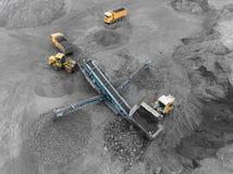 露天开采矿矿,品种排序 采矿煤炭 推土机排序煤炭 农业,硬煤 击碎整理 库存图片