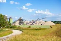 露天开采矿采矿和加工设备 免版税库存图片