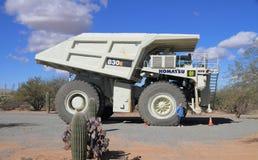 类露天开采矿采矿的超拖拉卡车 图库摄影