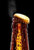 露天的啤酒瓶弄湿了 免版税库存图片