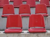 露天看台空的红色位子 免版税库存图片