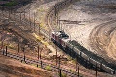露天矿挖掘机和铁路 免版税库存照片