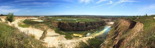 露天矿猎物全景,工业风景,石灰石采矿 免版税图库摄影