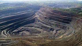 露天矿猎物鸟瞰图与许多的机械在工作 采矿穿戴猎物 库存图片