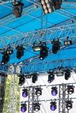 露天舞台专业聚光灯系统在蓝色屋顶下 免版税图库摄影
