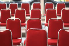 露天舞台空的红色位子前面  免版税库存图片