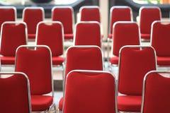 露天舞台空的红色位子前面  免版税库存照片