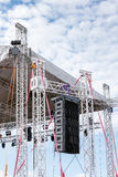 露天舞台装备现代声测设备反对云彩 免版税图库摄影