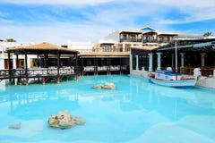 露天餐馆和游泳池在豪华旅馆 免版税图库摄影
