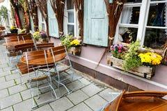 露天餐馆桌和椅子在露台 免版税库存图片