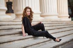 露背的连衫裤的时髦的女人 免版税库存照片