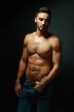 露胸部强壮男子的人的纵向 免版税库存照片