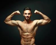 露胸部强壮男子的人的纵向 库存照片