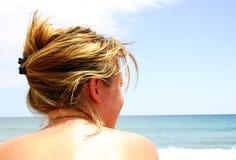 露胸部海滩的女孩 免版税图库摄影