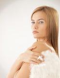 露胸部的妇女佩带的天使翼 图库摄影