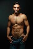 露胸部的强壮男子的人纵向  免版税库存图片