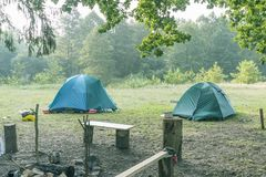 露营地在早晨之前 库存照片