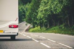 露营者货车旅行在英国,被困住在一个动作缓慢露营车后v 免版税图库摄影