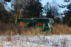 露营者货车停放的冬天风景 美丽如画的冬天自然晴朗的看法  在阳光下的农村冬天风景 库存图片