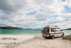 露营者货车在刘易斯小岛的一个海滩停放了  库存照片