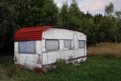 露营车在森林里 免版税库存照片