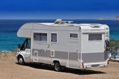 在海滩停放的露营车 免版税库存照片