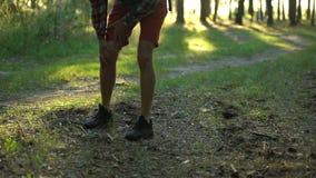 露营车痛苦膝盖疼痛,当远足,主要骨关节炎,联接疾病时 股票录像