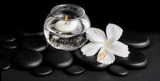 露水白色木槿的美好的温泉概念开花和蜡烛我 库存图片