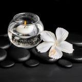 露水白色木槿的美好的温泉概念开花和蜡烛 免版税库存图片