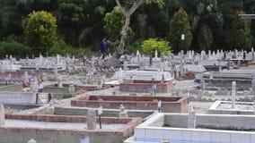 霹雳州,马来西亚,大约2015年7月-扫他的亲戚的墓一个回教人这里在怡保镇,霹雳州 股票视频