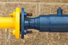 青和黄色煤气管,从街道边的特写镜头的连接 免版税图库摄影