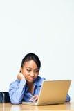 青少年乏味计算机女孩水平的膝上型计算机 库存照片