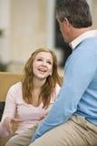 青少年交谈的爸爸的女孩 免版税库存图片