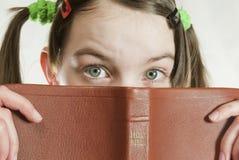 青少年圣经的女孩 库存照片