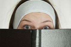 青少年圣经的女孩 免版税库存图片