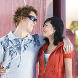 青少年夫妇的溜冰者 库存照片