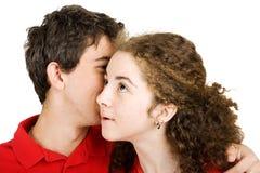 青少年夫妇的秘密 库存照片