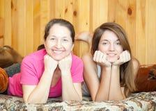 青少年女儿的母亲 免版税库存照片