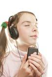 青少年女孩听的音乐 免版税库存图片