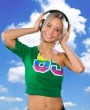 青少年女孩愉快的耳机 免版税库存照片