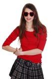青少年女孩愉快的重点形状的太阳镜 库存照片
